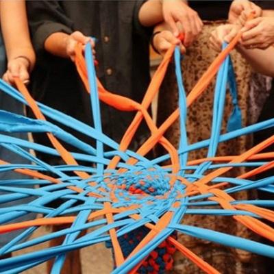 Profesores de Ped. en Artes Visuales participan en taller de arte textil y movimiento