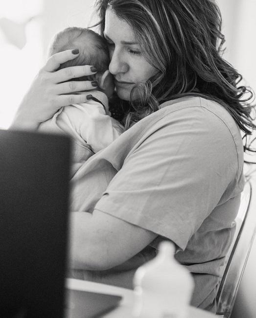 Delegar el cuidado: la difícil tarea de los padres primerizos ante el retorno al trabajo